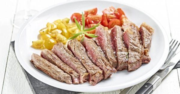 Rundstagliata met salade van rode en gele kerstomaten en verse dragon