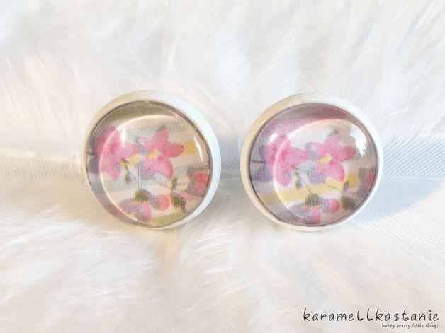 Diese wunderschönen Ohrstecker zeigen zarte rosa Blümchen auf einem in Pastelltönen gestreiften Hintergrund. Perfekt für den Frühling!  Durchmesser Cabochon inkl. Fassung: ca. 1,5 cm  Fassung:...