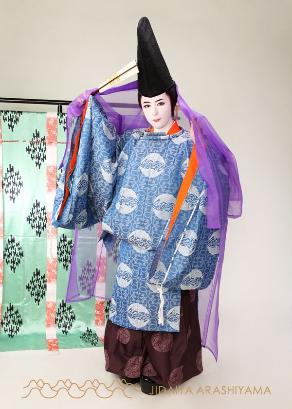 A man dressed in kariginu at a kimono photography experience.