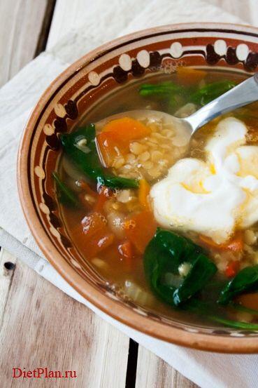 Суп с чечевицей и шпинатом Суп от гуру английской кухни Джейми Оливера Что нужно (на 4 порции): - 1 крупная морковь - 1 стебель сельдерея - 1 маленькая луковица - 1 зубчик чеснока - кусочек имбиря - 1/2 красного перчика чили - 1 крупный помидор - 150 г красной чечевицы - 100 г шпината - 1,5 л куриного бульона - соль, перец - оливковое масло 1. Очистите морковь и луковицу,  мелко порубите их.  Стебель сельдерея тонко нарежьте.  Чеснок измельчите. 2. Разогрейте в глубокой кастрюле 1 ст.л…