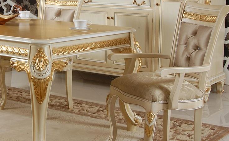 Masa yanlarında kullanılan oymalar vitrin tacında ve konsol üstünde de kullanıldı. http://www.asortie.com/yemek-odasi-224-Vizyon-Klasik-Yemek-Odasi