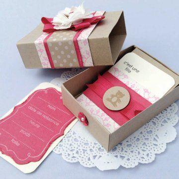 Faire-part de naissance « En boîte » : au lieu d'une enveloppe, le faire-part est dans une boîte fait main, comme un cadeau...
