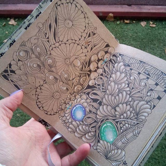 Последние пустые места заполнила, немного теней и разворот будет готов! Времени на зентангл совсем не хватает, у меня творческая ломка))) #искусство #zentangle #zenart #артзентангл #графика  #graphic  #meditation  #paintingeveryday  #painting #patterns #paint  #doodling #art #зентангл #зентангл_омск #sketchbook #doodle #pencil  #drowning #featuregalaxy #art_we_inspire #art_secret #zia #зендудлинг  #zendoodle  #zentangleart #омск #zengems