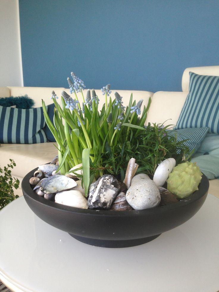Forårs påske dekoration i SEJ skål pyntet med sten og skalder fra stranden