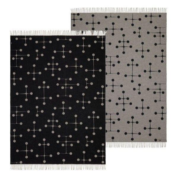 Vitra Eames Wool blanket er et ekstremt flott merinoull-pledd med Eames berømte mønster. Pleddet er laget av de beste håndverker