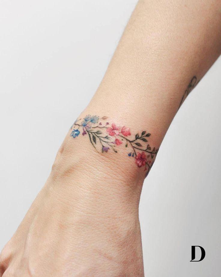 30 Captivating Tattoos You Will Fall in Love With - bemethis | tattoo | Tatuajes de flores, Tatuajes en la muñeca y Tatuajes pequeños