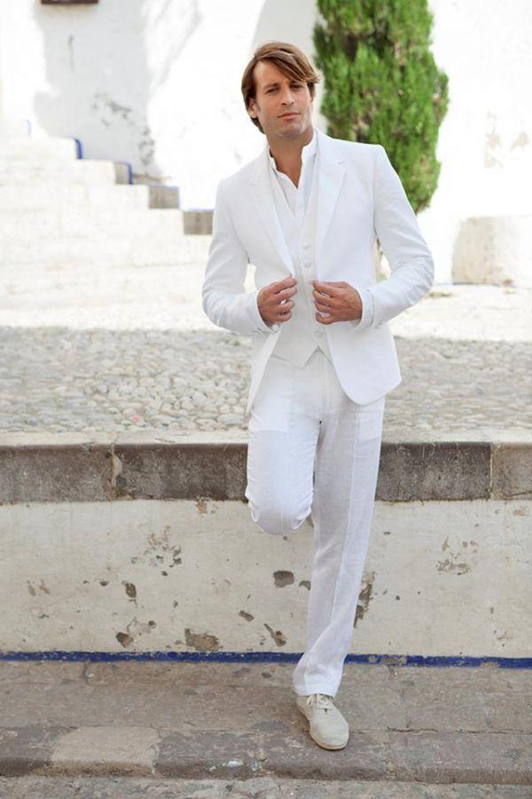 Imagen 1 Traje de novio en lino blanco de estilo ibicenco y más relajado | HISPABODAS
