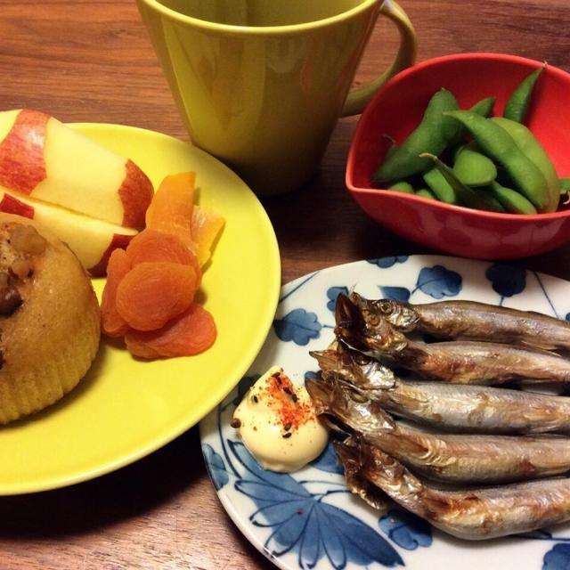 今日の夕飯 手料理?違うような… あり得ない組み合わせだけど、食べたいものを食べたいだけ(≧∇≦) - 28件のもぐもぐ - 焼きししゃも、枝豆、くるみ蒸しパン、りんごとドライフルーツ 2015.1.13 by kirahime