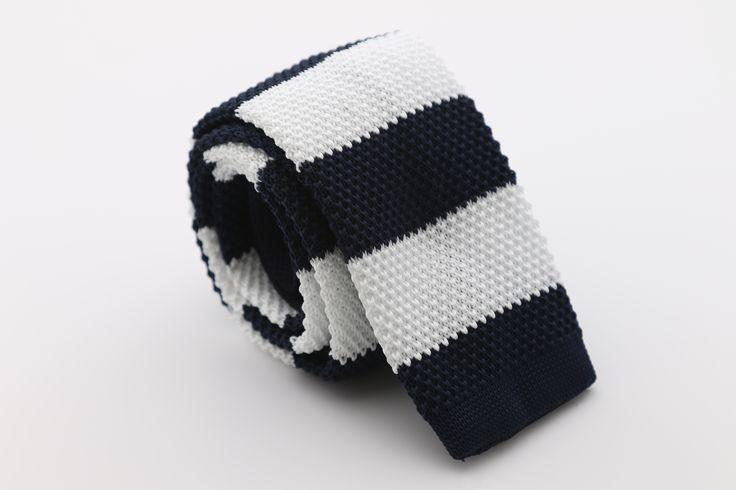 Brengt de speelse uitstraling van een gebreide sjaal naar de wereld van de stropdassen. Deze gebreide das is aangevuld met dikke witte blauwe strepen. Hij is comfortabel en stijlvol. Deze stropdas is 5 cm breed en word verzonden in een doosje.http://justmerried.luondo.nl/12137060/wit-blauw-gebreiden-stropdas-6cm