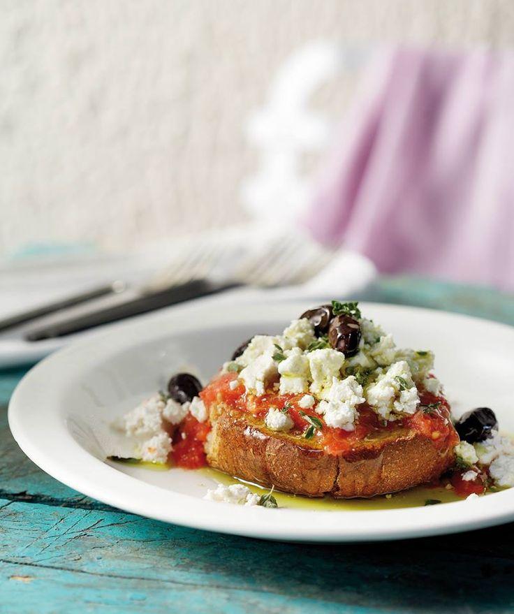 Τραγανά κριθαροκούλουρα, ζουμερές κατακόκκινες ντομάτες, ελιές, ξινομυζήθρα, μια γερή δόση ελαιόλαδο και ρίγανη συμμαχούν και φτιάχνουν το λατρεμένο κρητικό ορεκτικό.
