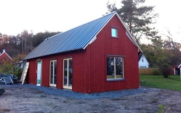 Dalåsen: cabaña prefabricada en kit, por Arvesund. El constructor sueco Arvesund creó la cabaña prefabricada Dalåsen. Es un sencillo y compacto modelo de cabaña de madera, con tejado de chapa a dos aguas. La planta de este edificio en kit tiene una longitud de 12m, y una anchura de 4,5m. En su interior cabe un programa de casa de vacaciones de 1 dormitorio, con baño, cocina, sala, y un loft superior.  #CasasPrefabricadas, #Madera