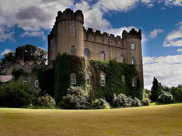 Dimore fiabesche, fortezze incantate, luoghi misteriosi e talvolta spaventosi, sono i castelli disseminati nelle terre d'Irlanda, che nascondono racconti terrificanti e sanguinosi. Se desiderate festeggiare Halloween in Irlanda in grande stile, non potete perdere uno dei suoi castelli infestati.