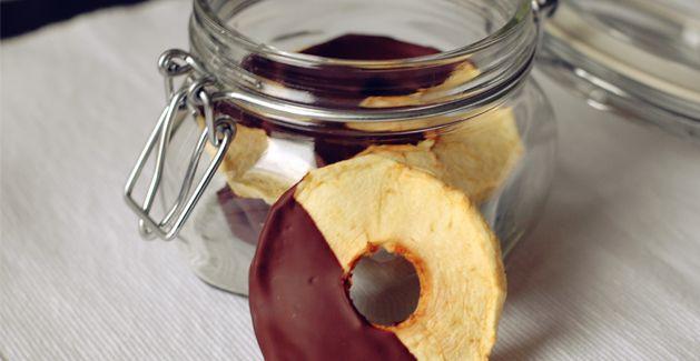 Pommes déshydratées au chocolat  http://www.feuilledechoux.fr/recette-pommes-sechees-au-chocolat/