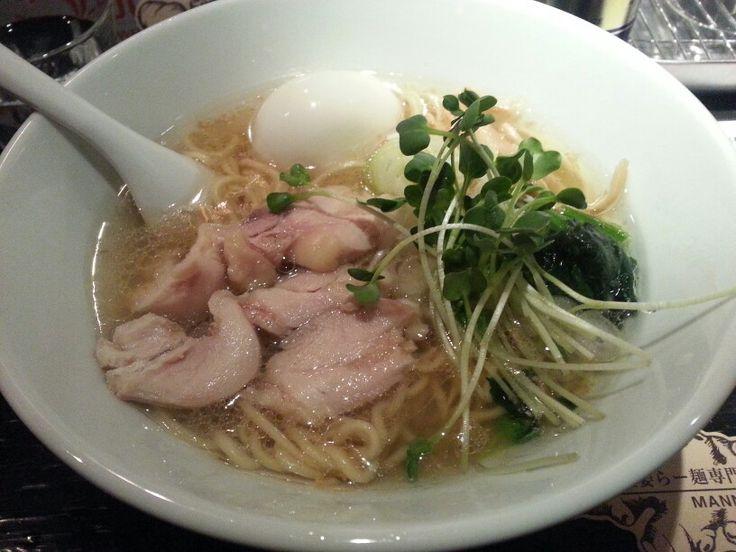 塩生姜らー麺☆ MANNISH@神田 夜はバーなので昼だけのラーメン店(西麻布の楽観==>  http://s.ameblo.jp/j0851333/entry-12148260895.html と同じ)ですねえ。最近この形態もよく見かけます。お味は名前の通りの塩&生姜。若干細い麺が合います。チャーシューというよりも鶏肉のあぶり?がのっていて、カイワレで色をつける、いたってシンプルなラーメンです。最近食べログで人気のため、御客さんも列を作っていますが、数名~7、8人といったところ。神田はいきなれてないし、駅と道が斜めに交錯しているので、方向感が狂っちゃいますが、西口商店街を抜けたところです。#らーめん #らーめん部 #ラーメン #ラーメン倶楽部 #塩 #塩生姜