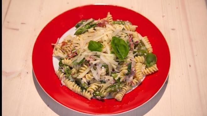 """t-size:13px""""Pancetta   Verwarm de oven voor op 180      ºC.  Verdeel de pancetta over een      met bakpapier beklede bakplaat. Bak de pancetta in de..."""