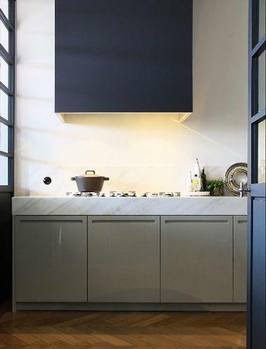 une peinture bleu lectrique cest moderne avec des meubles de cuisine taupe - Cuisine Bleu Et Taupe
