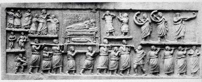 Sarcofago da Amiternum, I secolo a.C., scultura in pietra calcarea, Museo Nazionale d'Abruzzo. Presenti elementi di arte plebea arcaicizzante, evidente nella composizione su registri sovrapposti. I personaggi sono goffi e non proporzionati.