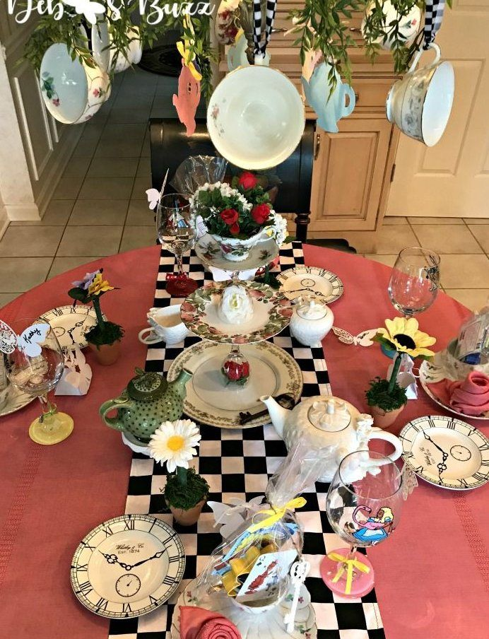 Alice In Wonderland Table And Party Favors Tableideas Alice In Wonderland Tea Party Birthday Alice In Wonderland Tea Party Alice In Wonderland Decorations