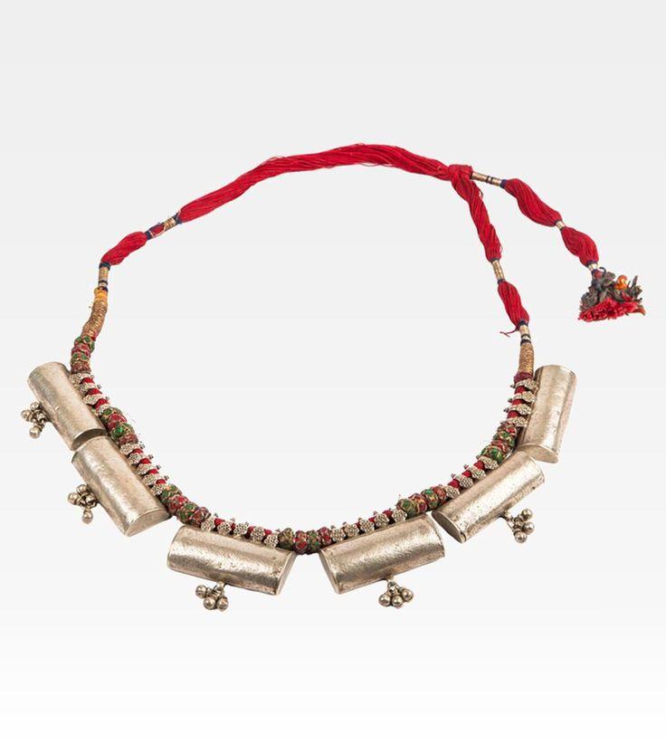 (7000-0005) Questa splendida collana era parte della dote di una sposa. Originale in ogni sua parte è composta da sei lingotti d'argento massiccio che si agganciano alla collana con dei piccoli anelli decorate con delicati fiori. Da ogni lingotto pendono piccoli campanelli, tipici della gioielleria indiana.