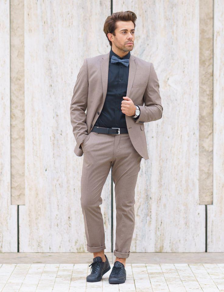 Kombination aus Anzug und lässigen Sneakern: Anzug und Hemd von SELECTED, Sneaker von adidas Originals, Fliege JACK & JONES, Uhr Komono und Gürtel Vanzetti.