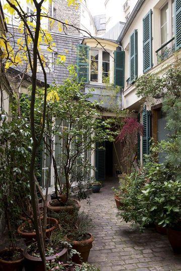 L'allée qui mène à la maison est pleine de charme. Plus de photos sur Côté Maison. petitlien.fr/7gcs