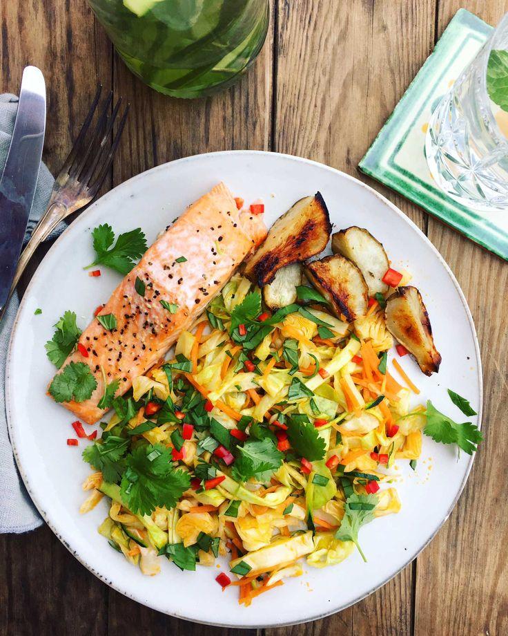 Denne opskrift på enkel og nem aftensmad med masser af sunde grøntsager og laks bagt i ovnen vakte begejstring hjemme hos os. Prøv opskriften her: