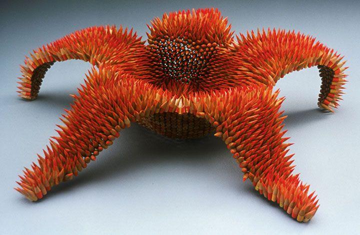 Jennifer utilise de simples crayons pour créer d'impressionnantes sculptures…