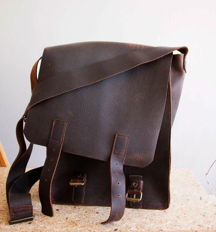 Średniej wielkości torba z grubej, mięsistej, woskowanej skóry w naturalną, międloną fakturę. Mieści format A4 z małym zapasem.  #MansFashion #mansBag #bag #leather #leatherBag