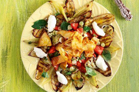 Ντοματοσαλάτα με ψητές πιπεριές, μελιτζάνες και τραγανές πίτες - Συνταγές | γαστρονόμος