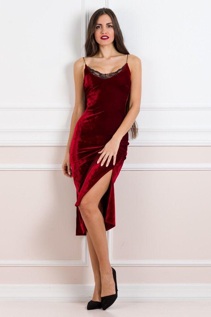 """Το απόλυτο φόρεμα είναι εδώ και δεν πρέπει να χάσετε την ευκαιρία να το αποκτήσετε!!! Δεν υπάρχουν λέξεις για να περιγράψει κανείς αυτό το κομμάτι.. Midi, εφαρμοστό σχέδιο με τιράντες και σκίσιμο στο πλάι. Κατασκευασμένο από ελαστικό, βελούδινο ύφασμα, αγκαλιάζει απαλά τις καμπύλες σας. Το πάνω μέρος έχει λεπτές τιράντες και διακριτική δαντέλα στο ντεκολτέ. Συνδυάστε το με ένα ζευγάρι ψηλοτάκουνες γόβες και θα μοιάζετε με """"κινηματογραφική star""""!!!  92%POL-8%SP     ΤΟ ΜΟΝΤΕΛΟ ΦΟΡΑΕΙ:..."""