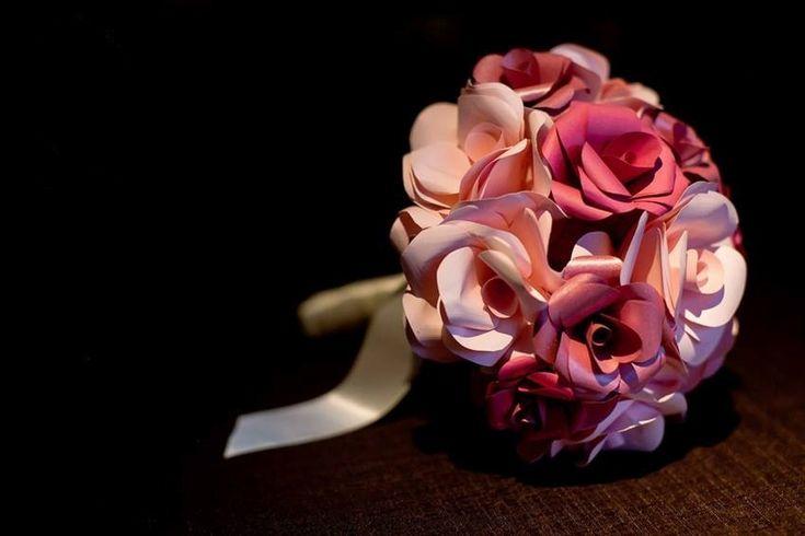 PAPEL: buquê de flores feitas de papel com detalhe de fitas de cetim na base. Da Bouquet Boutique (www.bouquetboutique.com.br). A partir de R$ 350. Disponibilidade e preço pesquisados em abril de 2014. Sujeitos a alterações. Por Cecília Leite, do UOL, em São Paulo