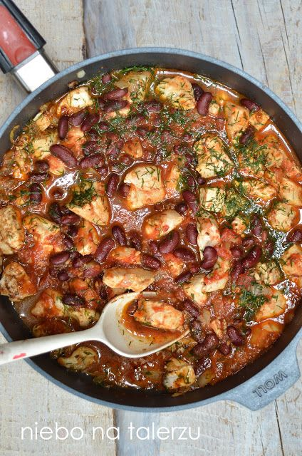 Szybki kurczak w pomidorach z czerwoną fasolą - pomysł na obiad do przygotowania w piętnaście minut. Soczyste mięso w pysznym sosie.