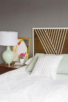 Réaliser une tête de lit soi-même ? Rien de plus simple ! Utilisez des chutes de parquet que vous fixez sur une planche de contre-plaqué. Décorez votre tête de lit avec de la peinture selon vos goûts et vos envies ou utilisez simplement du masking tape pour la personnaliser. Effet garanti !