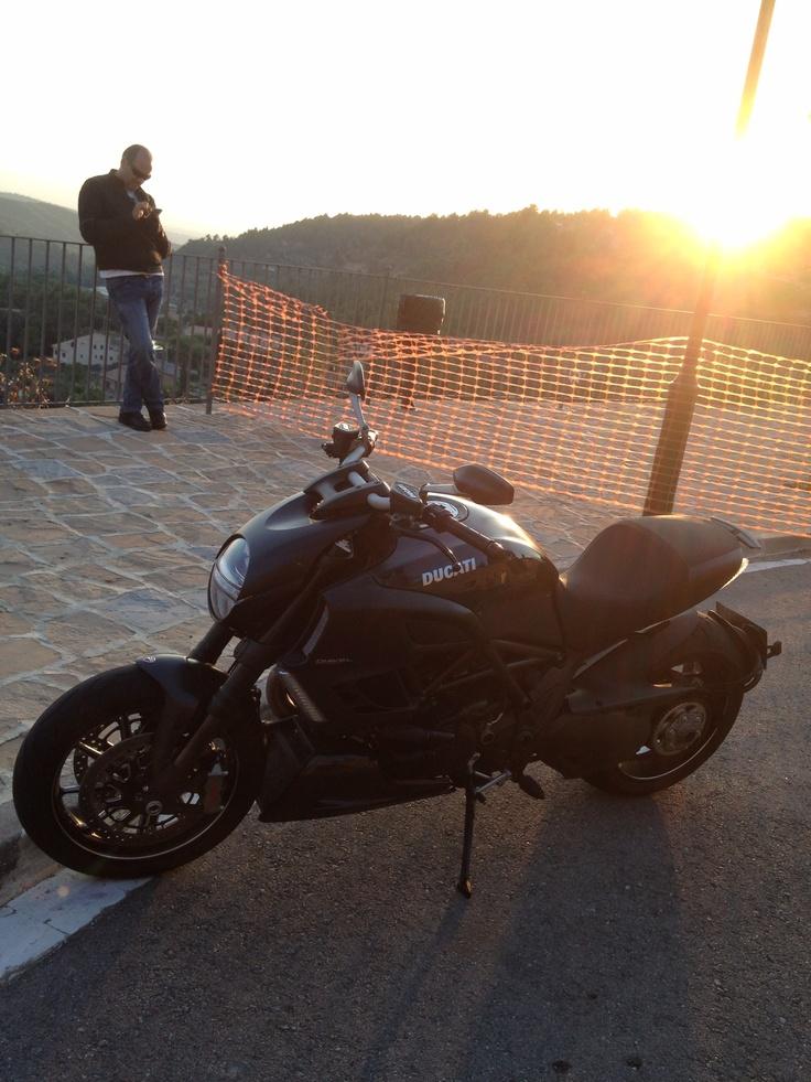 Ducati Diavel y el sol