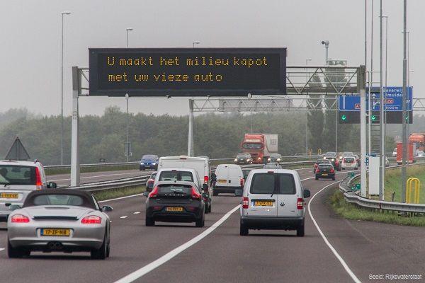 De milieuwaarschuwingen, die sinds deze week te zien zijn op de matrixborden boven de snelweg, komen hard aan. Autorijden is lang niet altijd goedvoor het milieu. Veel automobilisten hebben al aangegeven te willen stoppen. Op een aantal snelwegen wordt met de milieuwaarschuwingen geëxperimenteerd. De matrixborden vertonen confronterende boodschappen, zoals: 'Autorijden brengt u en anderen rondom u ernstige schade toe'. De [...]