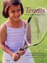 TENNIS VOOR KLEINE KAPMPIOENEN - Naia Bray-Moffatt - 9789020956368 - € 12,95 - GRATIS VERZENDING. In dit fraai uitgevoerde boek staan alle oefeningen die voor beginnende jonge tennissers geschikt zijn. Na een korte inleiding en het voorstellen van de acht kinderen en hun trainer worden 18 onderdelen behandeld. Er wordt aandacht besteed aan ondermeer de warming-up, bal- en slagvaardigheden, kleding en wedstrijden. De grote...BESTELLEN BIJ TOPBOOKS OF VERDER LEZEN? KLIK OP BOVENSTAANDE FOTO!
