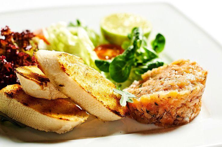 Tataráček z marinovaného lososa s křehkými toasty v Oro Restaurant v Liberci. #pytloun #yummy #timeforlunch