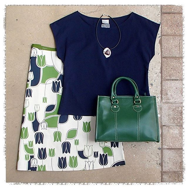 What's on for the Bendigo Cup? Cool, comfy cotton - that's what! @surface_art Essaye's Aline Skirt in Tulip, Tilly Top in Navy, @leathercargo Aristo Green Leather Bag and Meyeart's Bendigo made Agate & Sterling Silver Necklace WINWIN  #5iftyflatlay #flatlay #australianmade