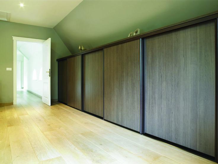 Maatkast in slaapkamer met schuifdeuren in houtstructuur. Kast-ID Temse