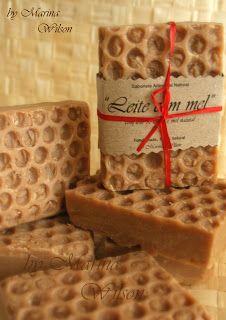 Sabonete Natural Artesanal: Janeiro 2012 Ingredientes: Óleo de coco, Azeite, Óleo de palma, Óleo de milho, Óleo de amêndoim, Óleo de farelo de arroz, Óleo de jojoba, Manteiga de kárite, Azeite. Aroma de aveia, leite e mel. propriedades anti-age. É rico em aminoácidos, contem 70 tipos de Ácidos gordos insaturados, coenzima Q10, vitaminas B1, B2, B5, B6, B12, C, D, E e micro elementos Zn, Mg, K, Ca e etc...