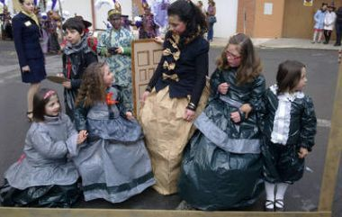 Alumnas del CRA de Riello posan formando el cuadro de las Meninas de Velázquez. - dl