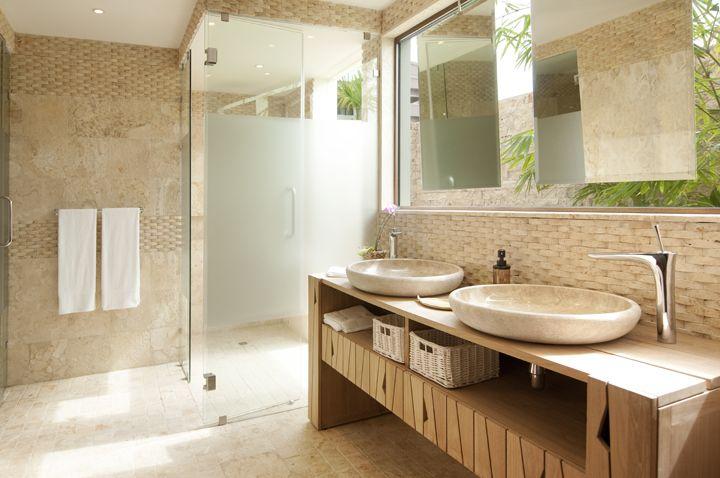 me gusta la luz que entra aqui la ducha el mueble debajo del lavamanos