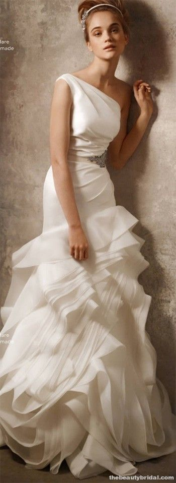 Vera Wang...how can you possible go wrong with a Vera Wang. Stunning!