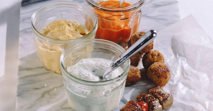"""Maneiras de comer homus. O homus, uma tradição do Oriente Médio feita à base de grão de bico cozido e espremido, é conhecido por seu sabor e benefícios à saúde. De acordo com o """"American Institute for Cancer Research"""" (Instituto Americano para Pesquisa do Câncer), as fibras, proteínas e o ácido fólico presentes nele reduzem o colesterol e previnem o câncer. Receitas para ..."""