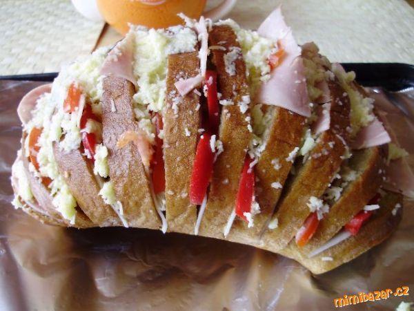 Chléb rozdělte na tenké plátky, asi tak 1,5cm, co nejvíc dolů, ale chlebík neproříznout, musí zůstat...