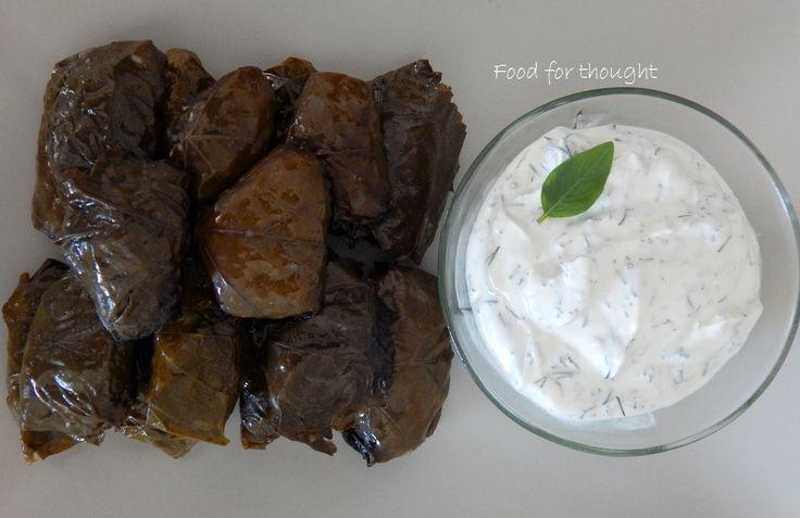 Ντολμαδάκια γιαλαντζί με κουκουνάρι και σταφίδα.  http://laxtaristessyntages.blogspot.gr/2014/07/dolmadakia-gialantzi-me-koukounari-kai-stafida.html
