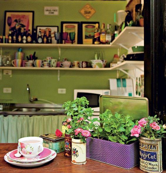 Latas de chá podem ganhar outra utilidade. Faça três furinhos no fundo de cada uma e plante pequenas espécies. O parapeito da janela, que recebe a visita do sol, tem hortelã, manjericão e minirrosas. Ideia da paisagista Claudia Muñoz