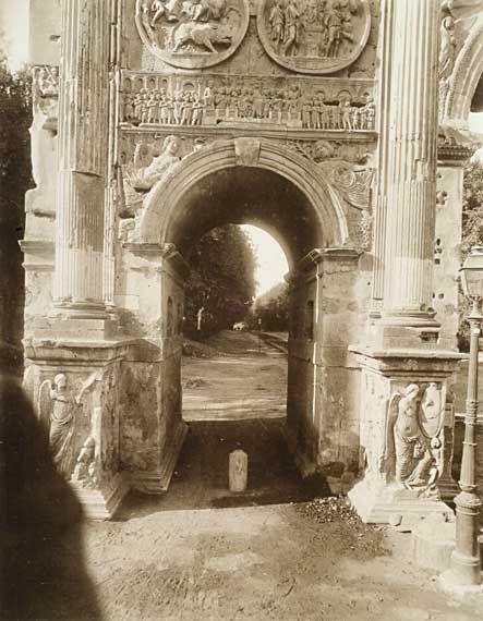 Arco di Costantino Il fornice minore orientale inquadra la prospettiva di via San Gregorio in una foto del 1879-1898 (?).