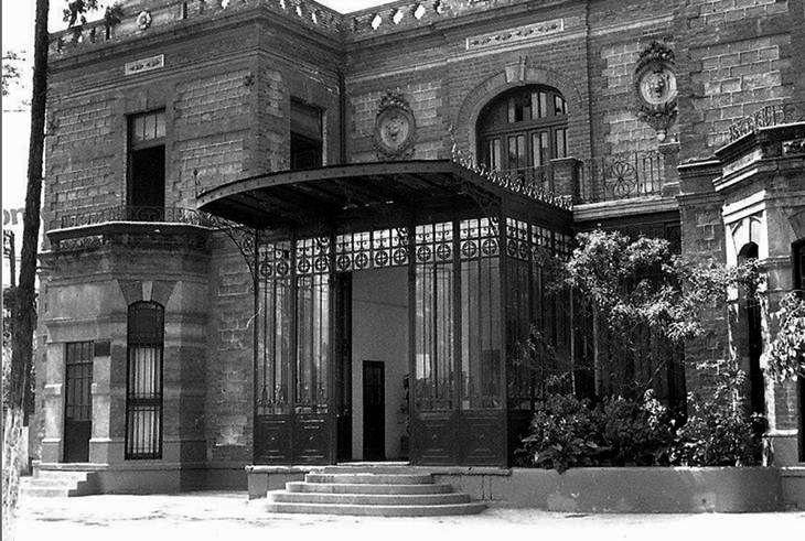 El famoso castillo del Colegio Madrid, ubicado en la esquina de la avenida Revolución y la calle Sarto, en Mixcoac, en una imagen de finales de los años setenta. Dicho colegio fue demolido poco después para edificar la estación y el paradero del Metro Mixcoac FOTO: Cortesía imagen: Jorge Pons
