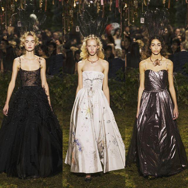 Maria Grazia Chiuri mengangkat tema whimsical dalam koleksi haute couture perdana untuk Dior. Berlatar taman labirin Maria menghadirkan parade ball gown dalam beragam material aksen dan detail yang ethereal. Tidak ketinggalan Bar Jacket yang ikonis turut ia interpretasikan dengan menjadi bergaya minimalis dan memiliki aksen hoodie. Welcome to the magical Dior land! Baca ulasan selengkapnya segera di www.ELLE.co.id #dior #mariagraziachiuri #ELLEupdates ( Sr. Fashion Writer - @rayogarayoga )…